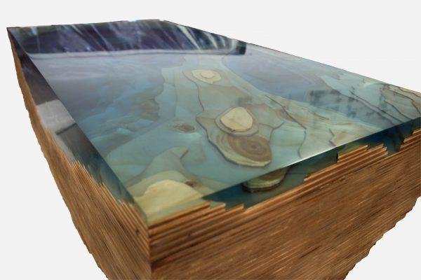 Mesa auxiliar topografica de madera y resina epoxica azul close up