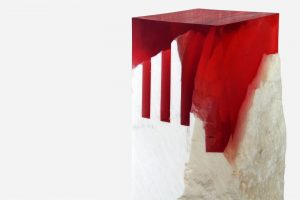 columna de onix rayada en bruto con resina epoxica roja