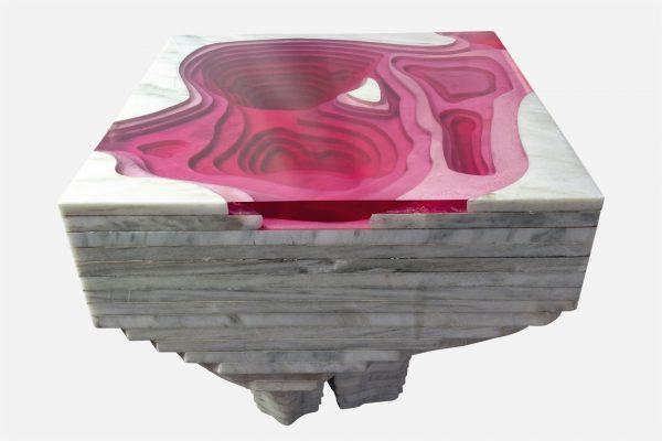 bureau topográfico de resina rosa con marmol blanco vista lateral