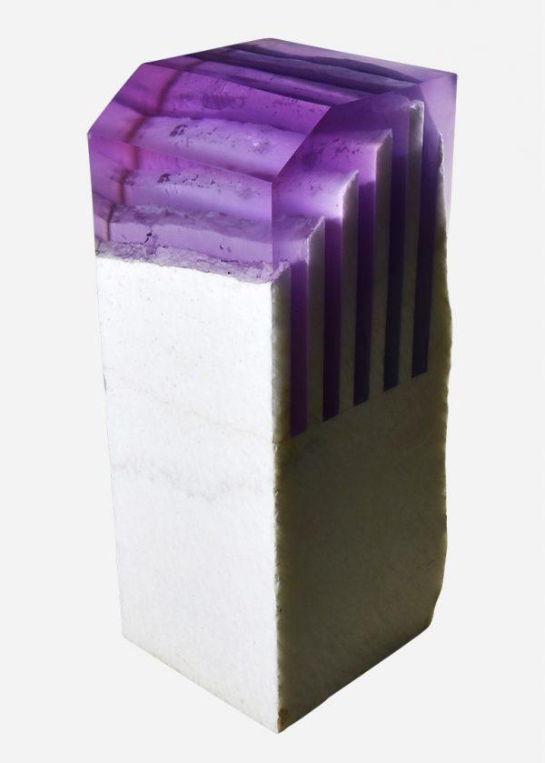 Pedestal de onix en bruto con resina epóxica violeta