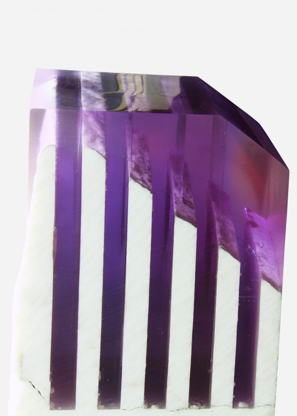 Pedestal de onix en bruto con resina epóxica violeta close up