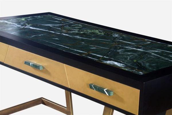 Escritorio estilo kintsugi de marmol guatemala y resina dorada con base de aluminio close up