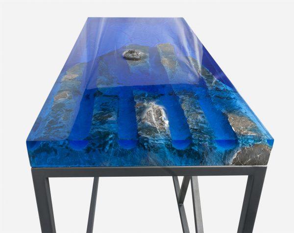 Mesa consola alta resina azul con costera de marmol barrenos