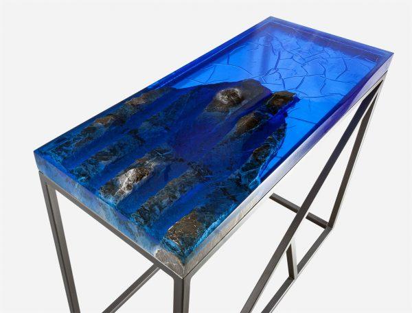 Mesa consola alta resina azul con costera de marmol vista esquina