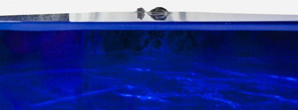 Mesa consola alta resina azul con costera de marmol close up interno