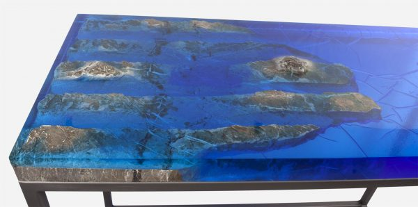 Mesa consola alta resina azul costera marmol close up