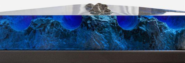 Mesa consola alta resina azul con islas de marmol close up barrenos