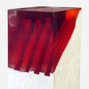 pedestal de onix en bruto con resina epoxica roja close up