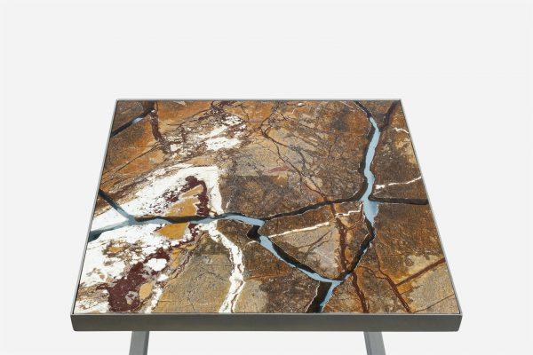 Mesa auxiliar estilo kintsugi marmol rainforest fracturado con resina epoxica